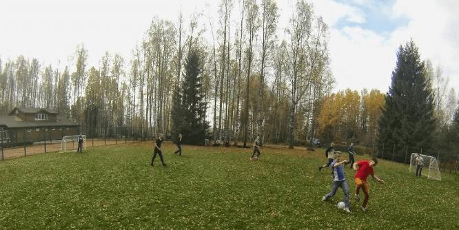 Сотрудники играют в футбол