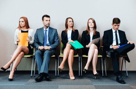 Интервьюируемые ожидают своей очереди на деловое собеседование
