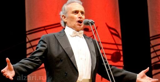 Красивый голос оратора на выступлении перед публикой