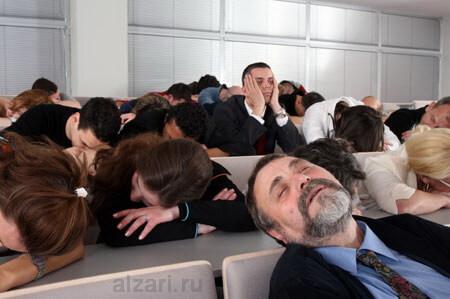 Спящая аудитория из-за монотонного голоса оратора