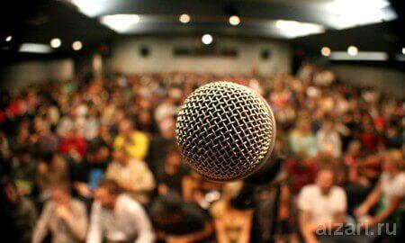 Выступление оратора на презентации перед публикой